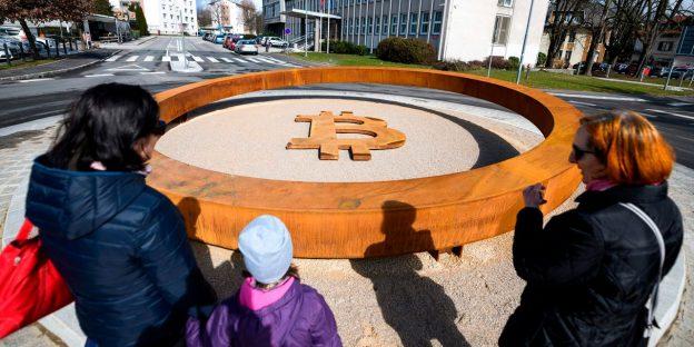 Saat bitcoin melonjak ke harga tertinggi sejak Mei, berikut adalah cara perdagangan dana dan perusahaan terkait crypto